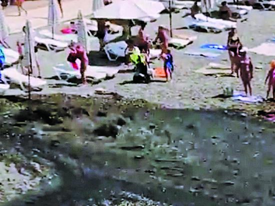 Нечистоты из коллектора стекали в море  на  пляже Адлера